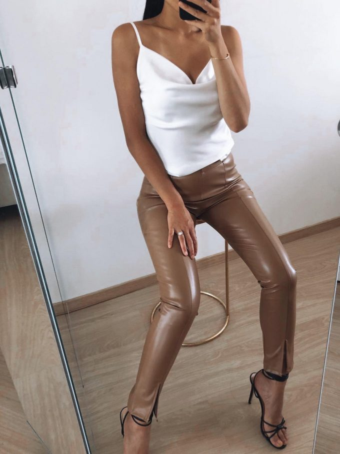Broek leather look.
