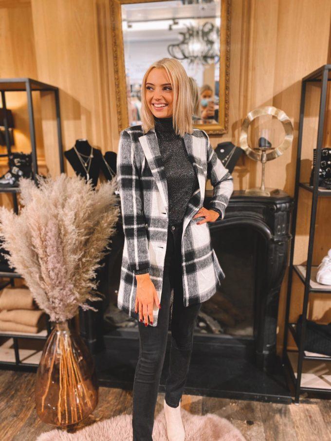 Mantel geruit zwart/wit.
