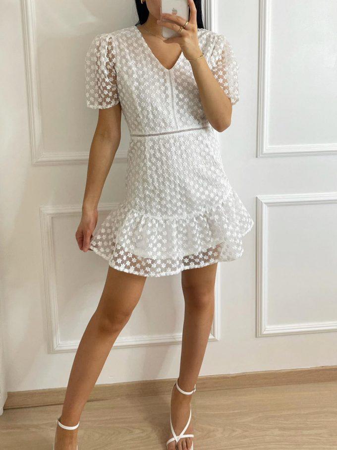 Wit kleedje met fijne bloempjes.