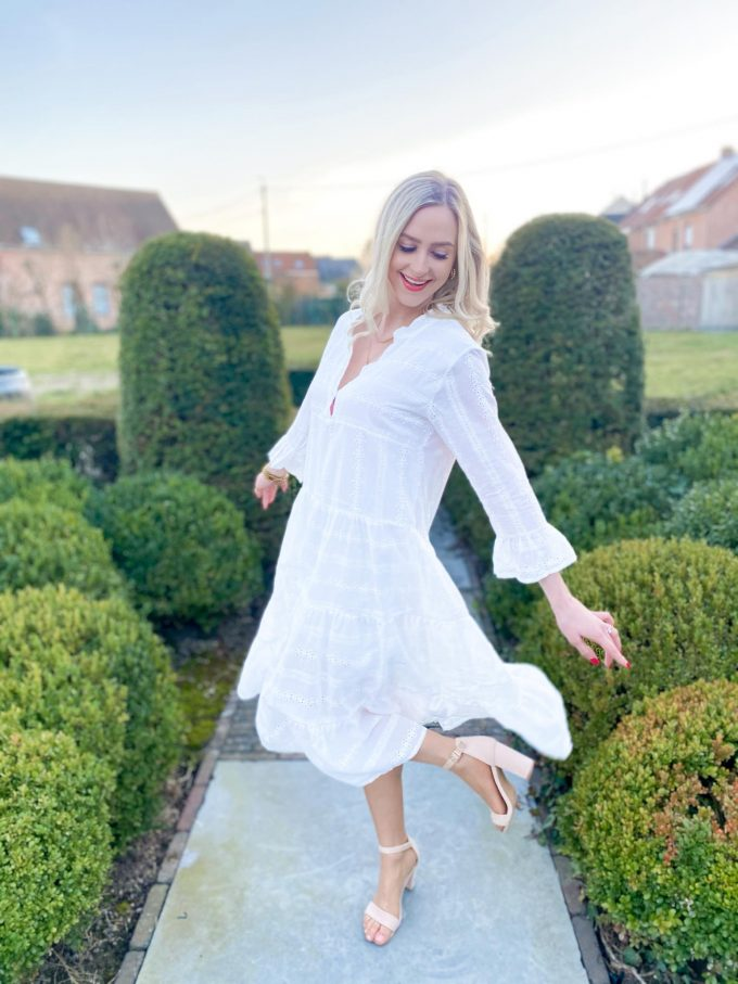 Los vallende witte jurk.