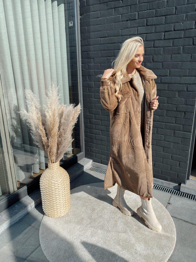 Mantel bruin.