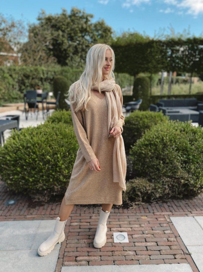 Knitted v-hals dress.